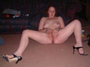 amateur fotze nacktfoto beine breit masturbierend