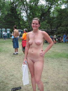 auf einem festival nackt in der oeffentlichkeit