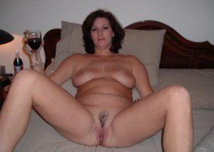 beine breit rotwein nacktfoto