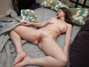 beine breit schlafend nacktfoto