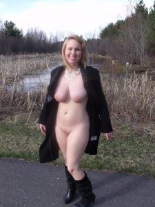 exhibitionistische exfreundin in mantel und stiefeln nackt fkk oeffentlich