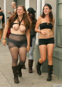 flashing in public oeffentlich auf der strasse zeigt diese mollige geile sau ihre titten