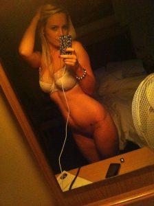 geile junge frau nur im bh ohne slip selfie nackt foto sexy