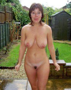 milf ehefrau nackt im garten