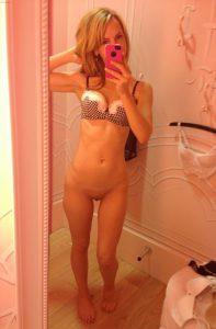 milf mit push up bh nackt selfie