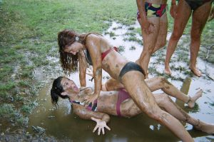 mud fight outdoor sexy freundinnen matsche