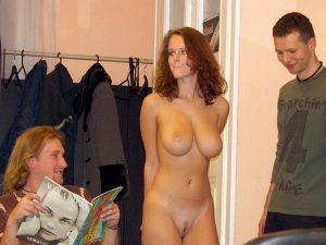 nackt in einem laden