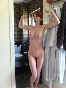 nackte ehefrau zeigt ihre muskeln
