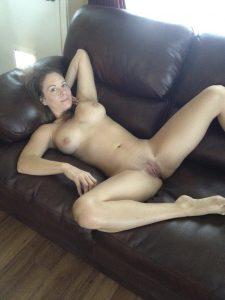 saskia nacktfoto privat laechelnd beine breit