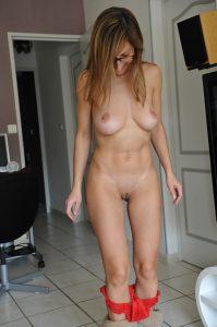 sexy ehefrau nacktfoto mit rotem slip und rasierter muschi