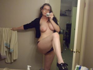 teen selfie nackt mit schuhen