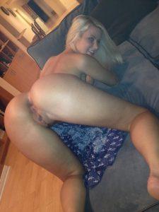 blondes luder streckt ihren geilen arsch raus