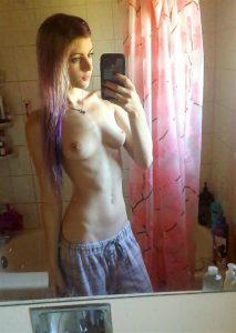 duenne ex mit tittenpiercings macht nackt selfie