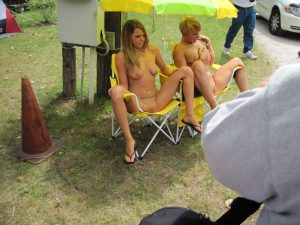 exhibitionistische weiber zeigen in der oeffentlichkeit ihre fotzen