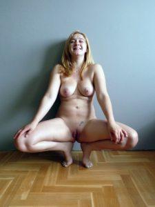 freundin macht freiwillig nackt die beine breit