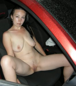 haengetitten milf nackt beine breit im auto