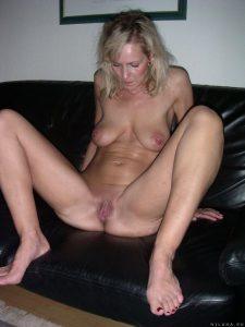 milf beine breit auf der couch
