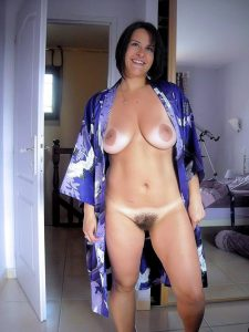 milf mit behaarter muschi privates nacktfoto im pyjama