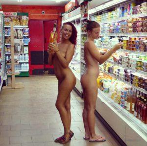 nackt im supermarkt einkaufen zwei frauen oeffentlich nackt