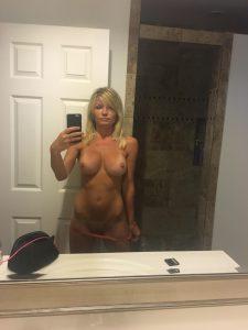 nackt milf sexy selfie mit silikonlippen