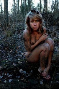 nackt und schmutzig im wald