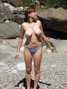 urlaubsfoto im slip am strand oben ohne
