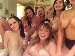 weiberabend im whirlpool nackt selfie