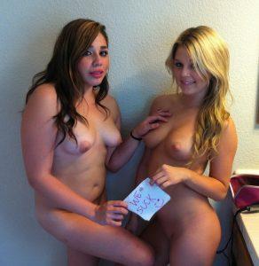 zwei amerikanerinnen nackt mit we suck schild