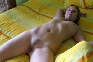 freundin nacktfoto auf dem bett mit behaarter fotze