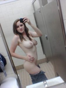 nackt selfie mit heruntergelassener hose in der umkleidekabine