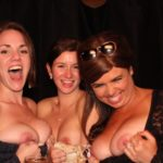 Amateur Freundinnen Gruppe Zeigt Ihre Grossen Titten